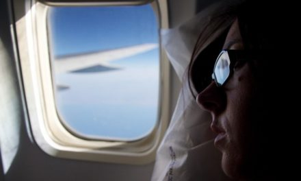 4 tips om makkelijker te slapen op het vliegtuig